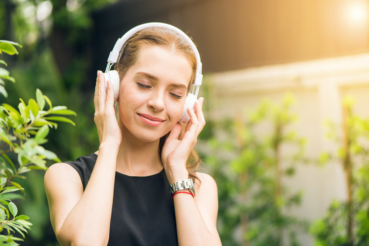 amazon-music-unlimited-free-trial-90-days-girl-using-headphone