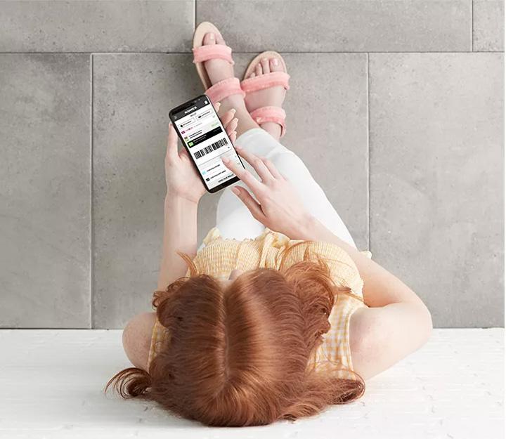 how-does-kohls-cash-work-girl-using-phone